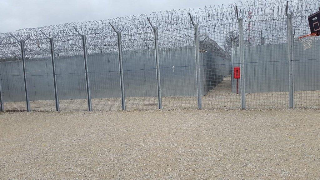 يفترض بطالبي اللجوء البقاء في المخيم طيلة مدة النظر بطلبات لجوئهم. الحقوق محفوظة