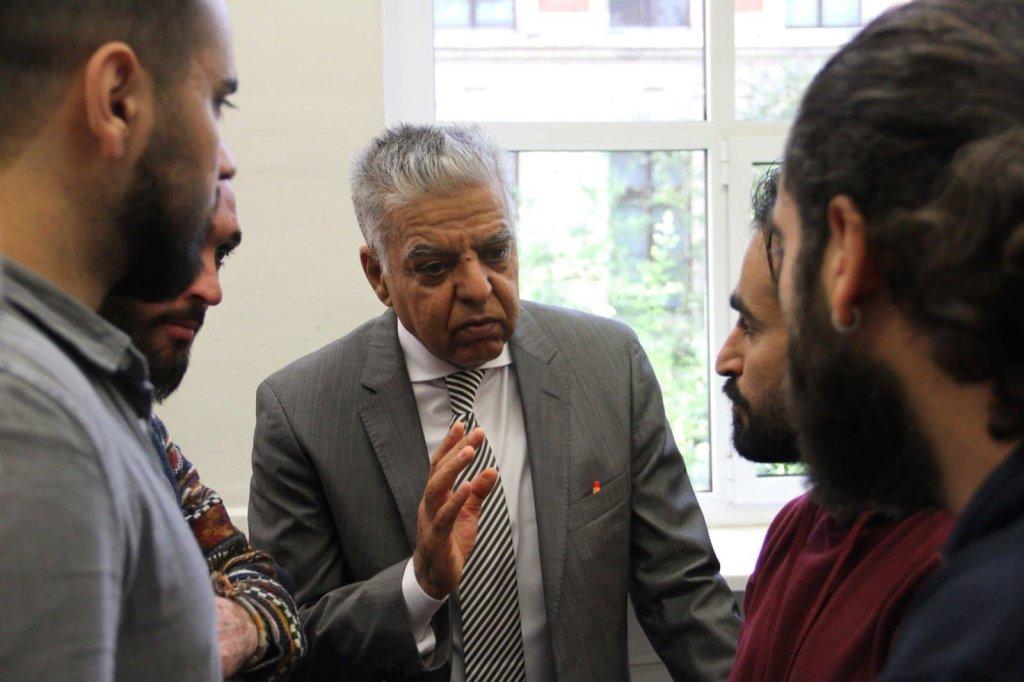 د. ريان عبد الله مع طلابه