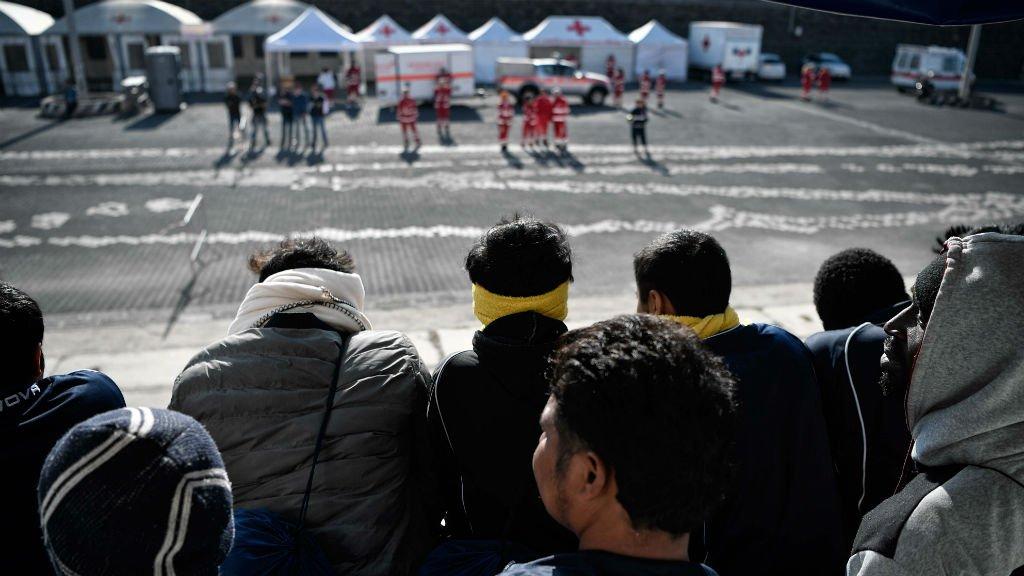 Louise Gouliamaki, AFP  |Des migrants secourus par l'Aquarius s'apprêtent à débarquer dans le port de Catane, en Sicile, le 10 mai 2018.