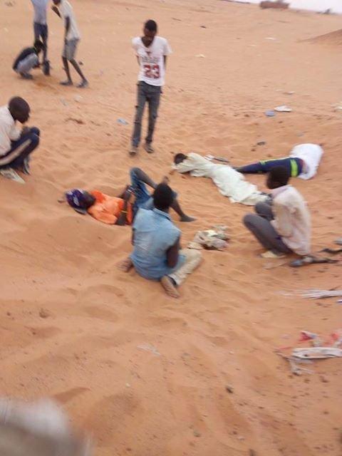 لاجئون سودانيون يفترشون الرمال في منطقة مادمة الصحراوية الحدودية مع ليبيا. الصورة أرسلها لنا أحد هؤلاء اللاجئين.