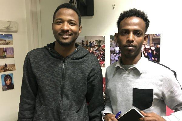 Babakar, 25 ans, et Yahye, 27 ans, ont beaucoup progressé en français depuis qu'ils suivent les cours de Thot. Photo : Julia Dumont
