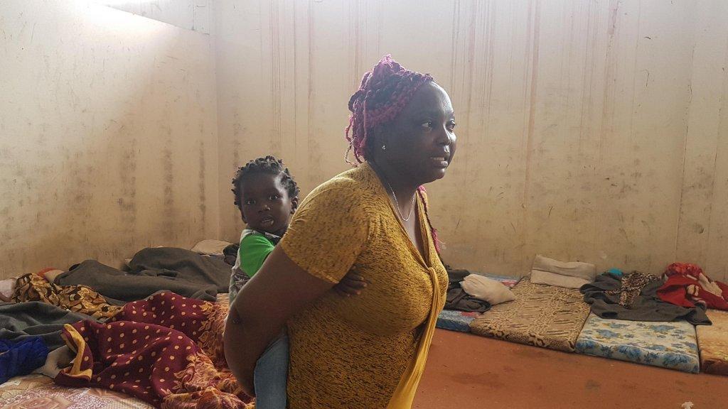 ANSA / أم وطفلها في معسكر المهاجرين بمنطقة الزاوية، على بعد 30 كيلو مترا من العاصمة الليبية طرابلس. المصدر: أنسا/ زهير أبوسرويل.