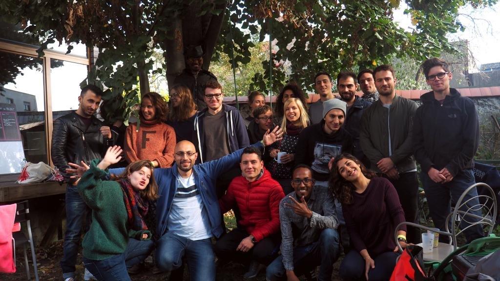 L'équipe de bénévoles qui ont aidé à installer la maisonnette. Parmi eux, des architectes, des étudiants en architecture, et plusieurs réfugiés. Crédit : Photo: Quatorze / Maïté Pinchon