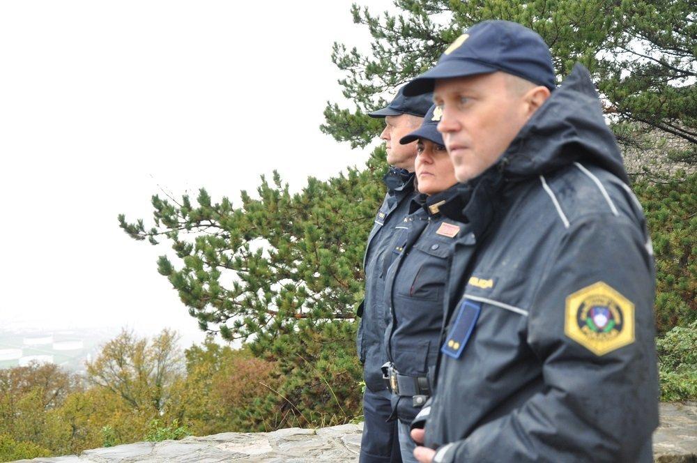 یک گزمه مشترک متشکل از یک پولیس زن ایتالیایی و دو پولیس سلوانیایی، ماه نومبر ٢٠١٩. عکس از دانا البوز/ مهاجر نیوز