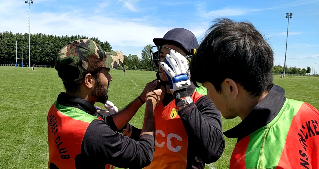 ذبیح الله ( سمت چپ) مربی تیم کریکت امیان  در کنار یک تن از بازیکنان تیمش در مسابقه با تیم اراس. عکس از واسع محسن/ مهاجر نیوز