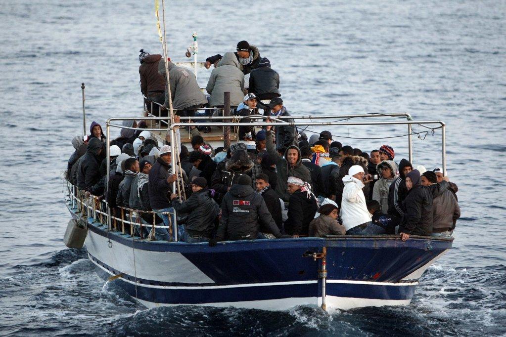 Reuters/Antonio Parrinello  Un bateau avec des migrants tunisiens arrive sur les côtes italiennes à Lampedusa, le 7 mars 2011 (image d'archives).