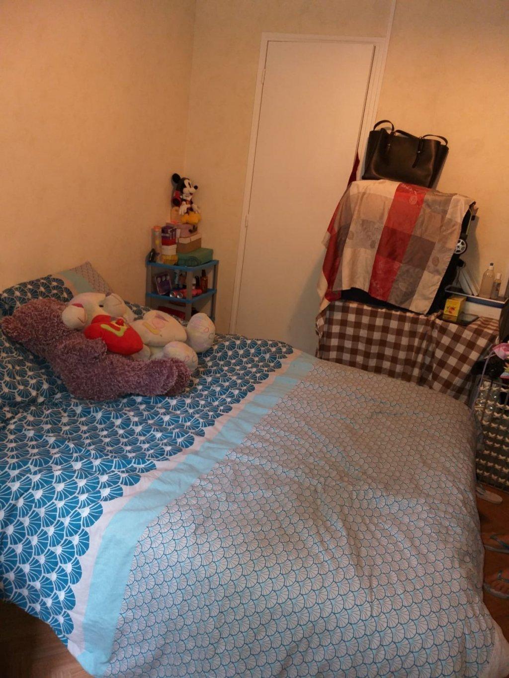 غرفة الفندق التي تعيش فيها كريمة وابنتها.