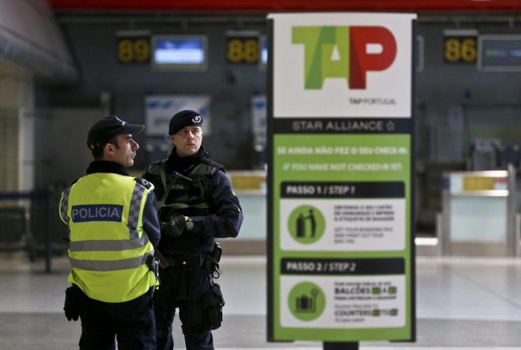 ANSA / ضابطا شرطة في مطار لشبونة الدولي في 22 آذار/ مارس 2016. المصدر: إي بي أيه/ أندريه كوستر.