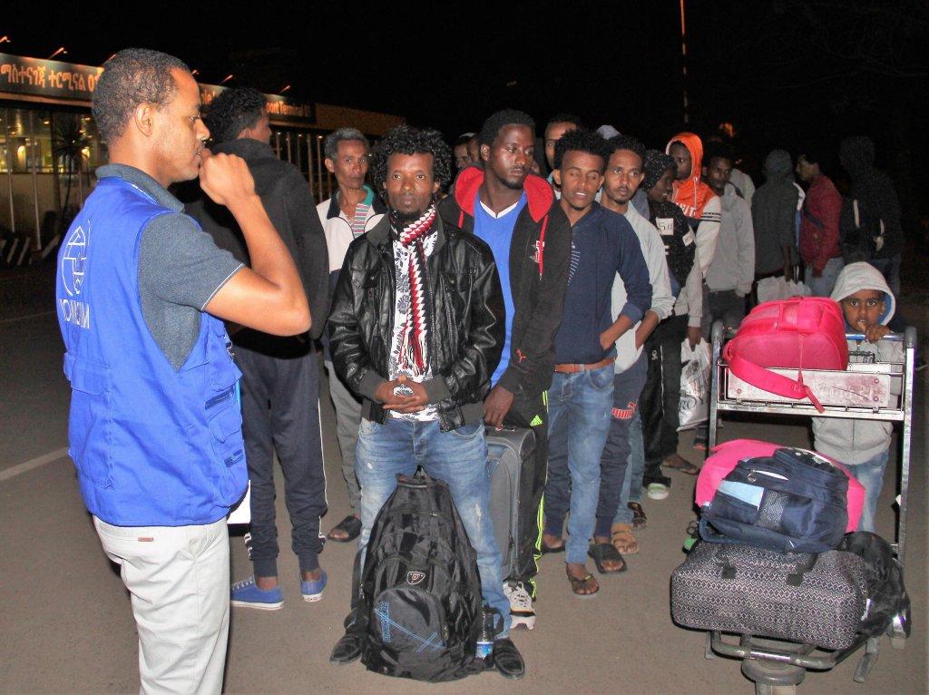 ANSA / مهاجرون إثيوبيون في مطار أديس أبابا الدولي، بعد وصولهم قادمين من ليبيا في 24 أيلول/ سبتمبر الماضي. المصدر: منظمة الهجرة الدولية.