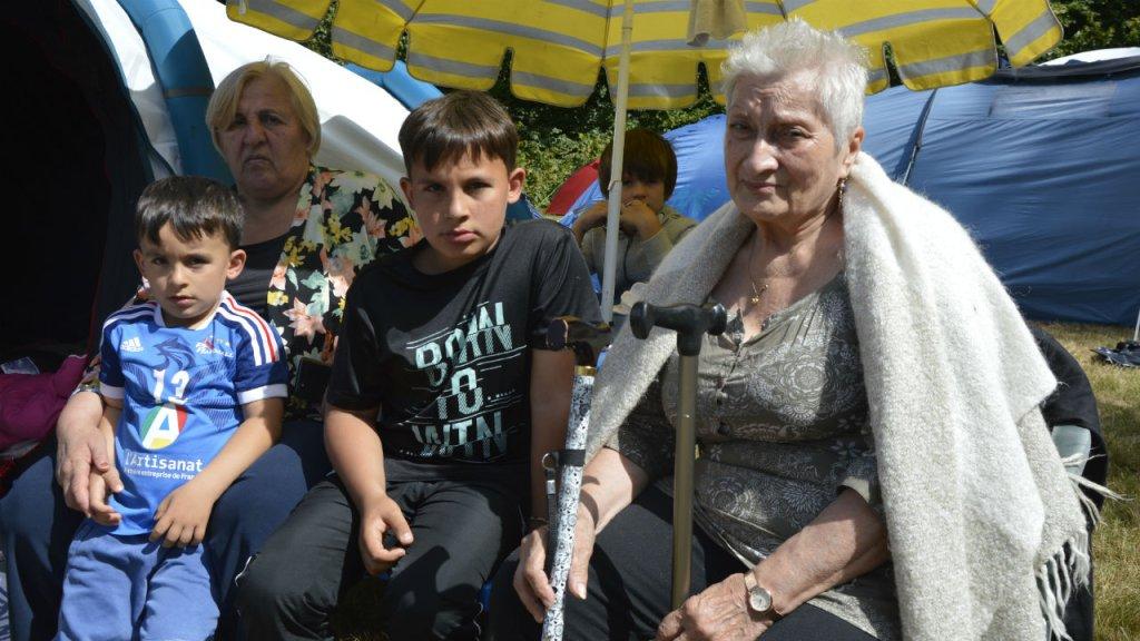 Badri, sa famille et Eteri sur le campement des Gayeulles lundi 2 septembre. ©Maëva Poulet