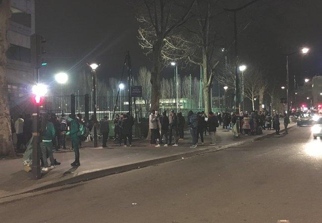 Devant le local dUtopia 56 chaque soir des dizaines de jeunes migrants en familles ou non attendent un toit Crdit  InfoMigrants
