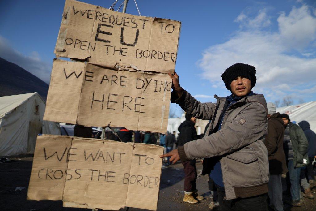 """""""Nous demandons à l'Union européenne de nous ouvrir sa frontière. Nous sommes en train de mourir ici"""", ont écrit des migrants sur un panneau affiché au camp de Vucjak en Bosnie, le 6 décembre 2019. Crédit : Reuters"""