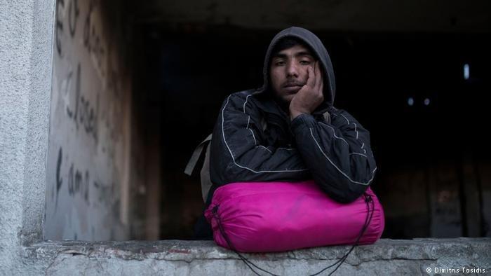 عاد المهاجر الأفغاني جدالي (22 عاماً) لتوه إلى شيد بعد محاولة فاشلة للوصول إلى أوروبا الغربية. ومكث يومين في السجن في كرواتيا قبل أن يتم إطلاق سراحه من قبل السلطات هناك. ويقول إن معاملتهم معه كانت قاسية.