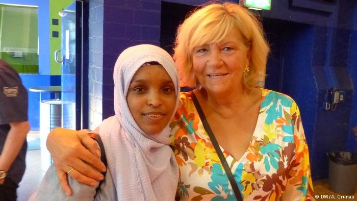 Refugee Mushtaag Arab (17) with her guardian Monika Küpper (right)