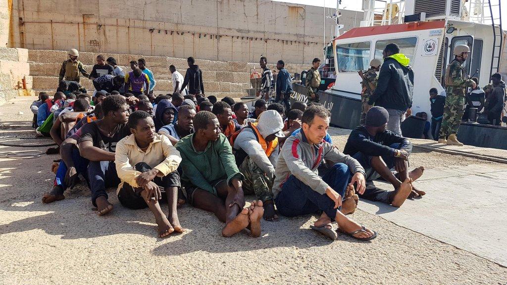 """ansa /مهاجرون في مركز احتجاز """"السكة"""" بالقرب من طرابلس. المصدر: صورة أرشيف/ أنسا / زهير أبو سرويل."""