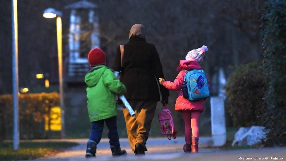 Une femme vient chercher ses enfants à l'école en Allemagne