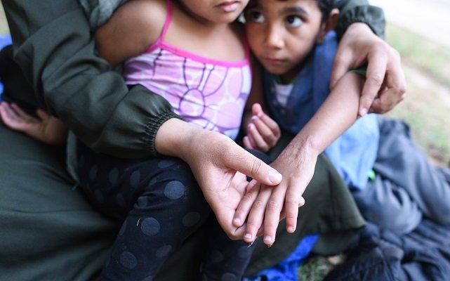 يوسف، طفل سوري يعاني من حروق في معصمه وبطنه، و يعيش مع أسرته في حديقة بباريس. 14 آب/ أغسطس 2018| مصدر: مهاجر نيوز