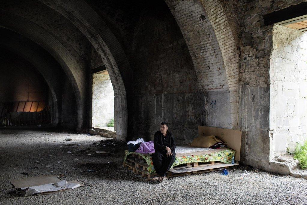 ansa / صورة لأحد طالبي اللجوء يعيش في حفرة بالقرب من محطة السكك الحديدية في مدينة تريستا إلإيطالية. المصدر: أليساندرو بنسو/ أطباء بلا حدود.