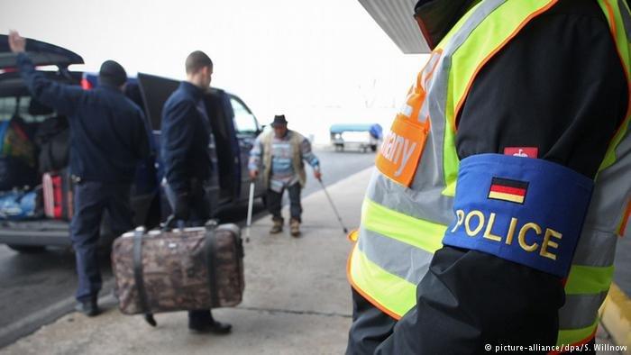بعض اللاجئين يعودون بشكل طوعي لوطنهم وبعضهم بتم ترحيلهم بعد رفض طلب لجوئهم
