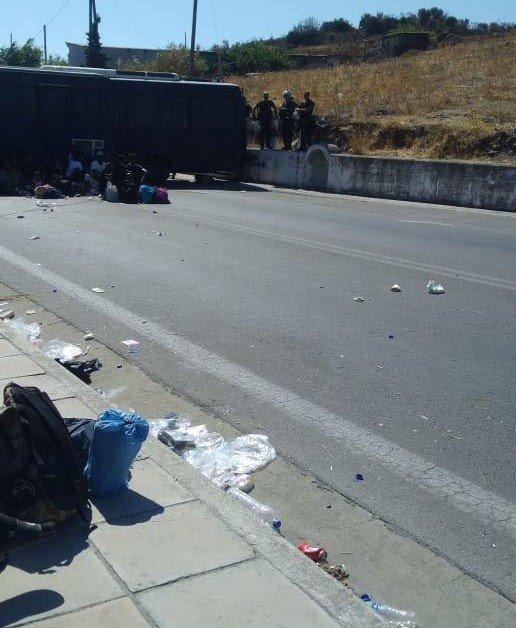 Police vans block migrants on the outskirts of Mytilne Crdit DR