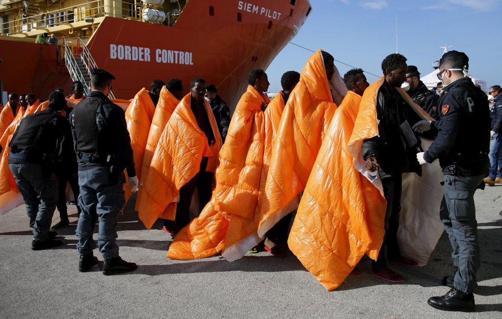 REUTERS/Antonio Parrinello |Des migrants sont contrôlés par la police lors de leur débarquement d'un navire norvégien dans le port de Pozzallo, le 29 mars 2016.