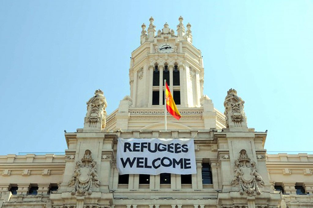 A banner in favor of refugees on the facade of the municipality of Madrid
