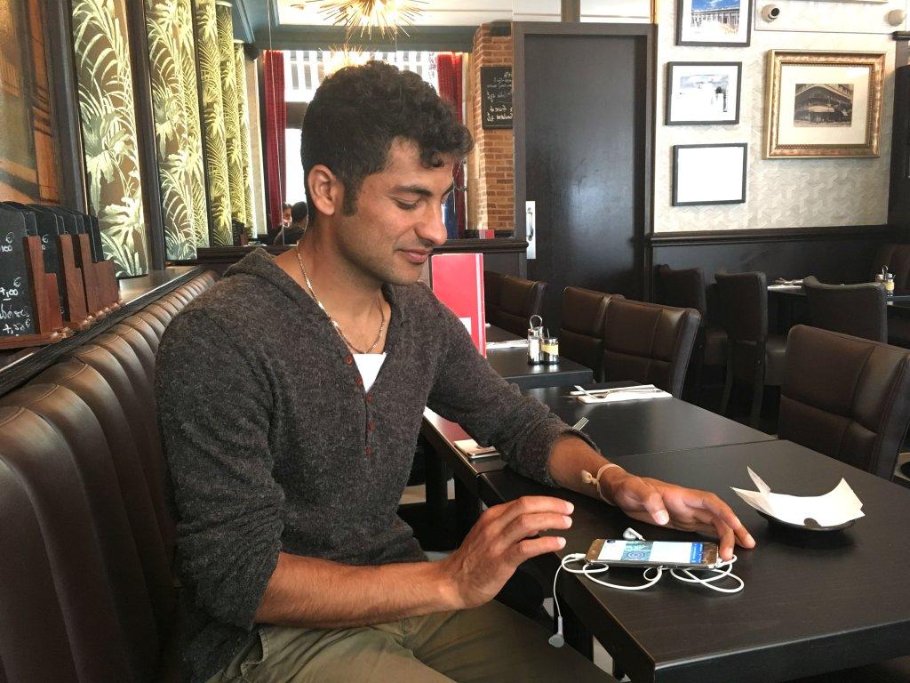 Abdul Saboor ne lâche jamais son smartphone, le lien qui le relie à son pays d'origine, l'Afghanistan. Crédit : InfoMigrants.
