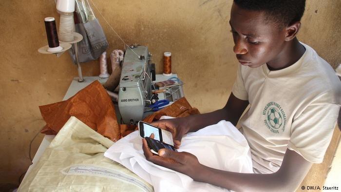 Ibrahim Algoni enchaîne les petits boulots pour aider sa famille