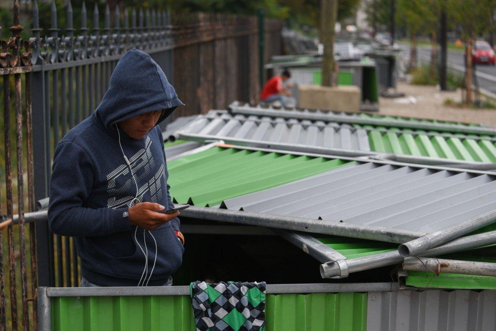 مهاجری در شمال پاریس. عکس از: مهدی شبیل.