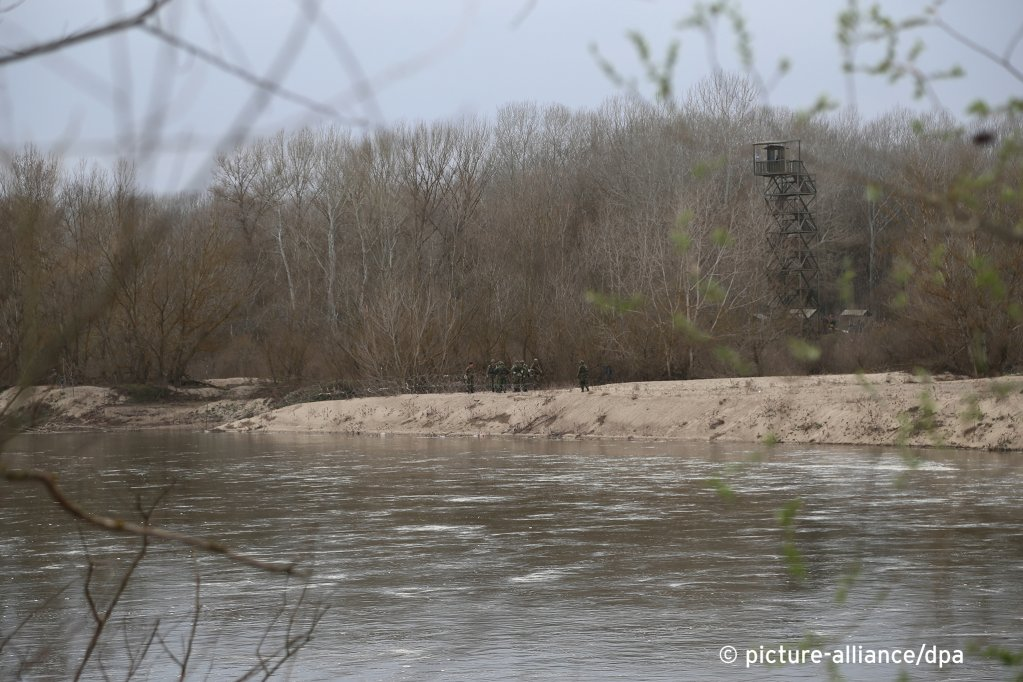 Greek soldiers seal parts of the Evros river bank with wire to stop asylum seekers, March 8, 2020 | Photo: S. Baran/picture-alliance