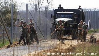 الجيش الهنغاري يبني سياجاً على الحدود مع صربيا