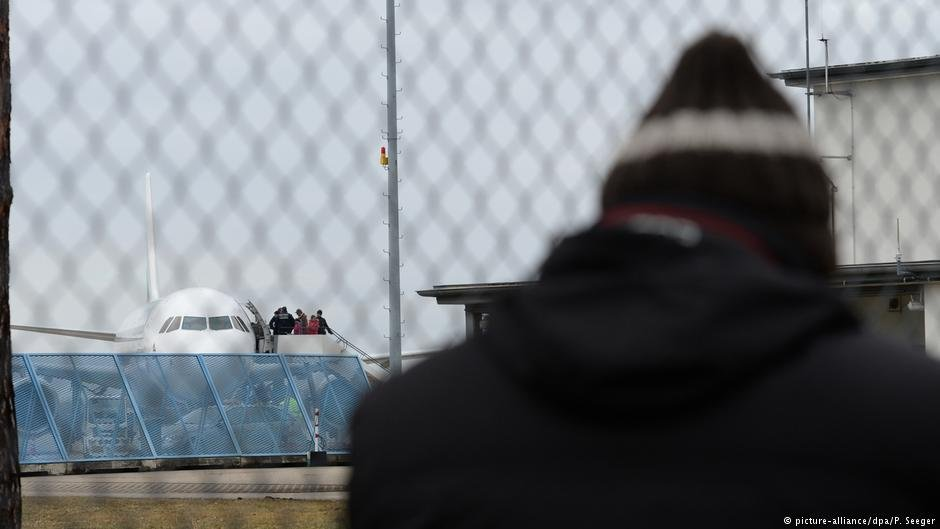 Asylum seeker at airport | Photo: Picture-alliance/dpa/P.Seeger