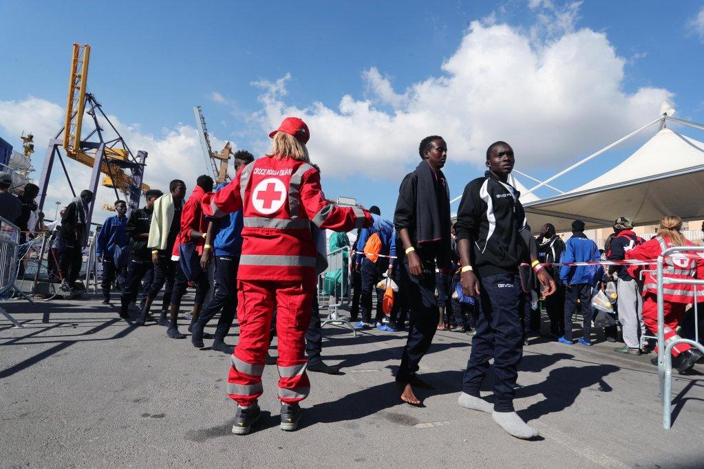 ansa / أرشيف. مجموعة من المهاجرين القادمين من الجزائر قبيل ترحيلهم
