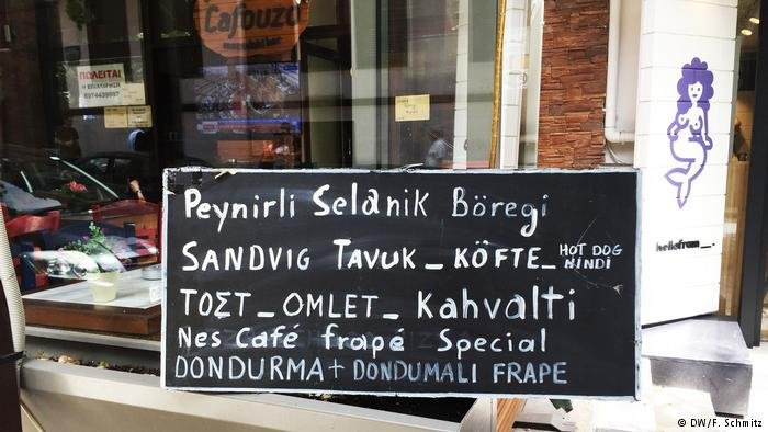 A rarity: Sign in a shop in two languages in Thessaloniki, Greece (DW/F.Schmitz)