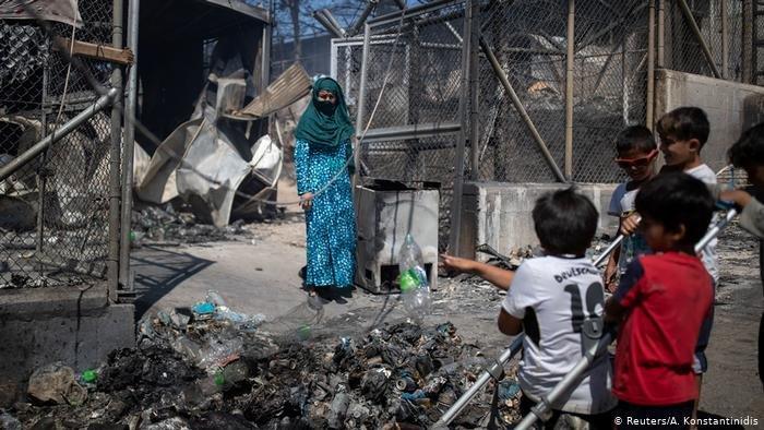 Reuters/A. Konstantinidis |بات آلاف المهاجرين في جزيرة ليسبوس اليونانية دون مأوى بعد اندلاع حريق ضخم في مخيم موريا