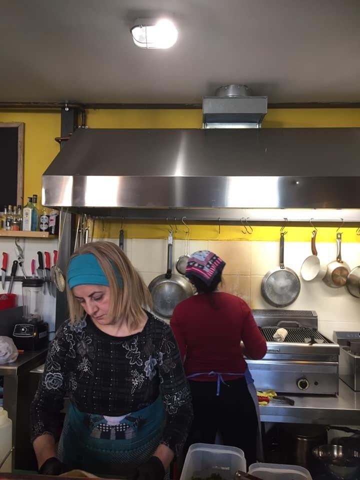 Le personnel du restaurant sactive en cuisine  Source page Facebook de Nan