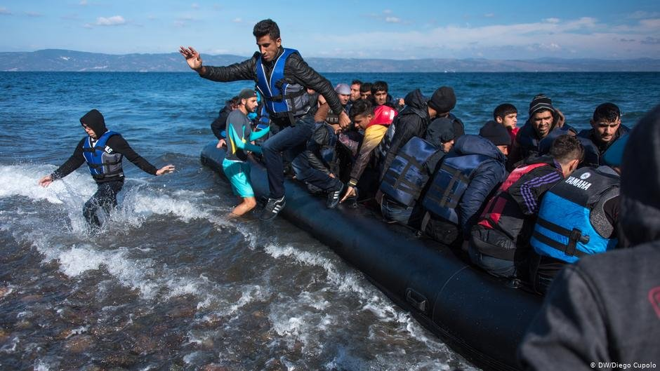 Tens of thousands of refugees arrived in Greece in 2015, such as the ones above reaching the isle of Lesbos   Photo: DW/Diego Cupolo