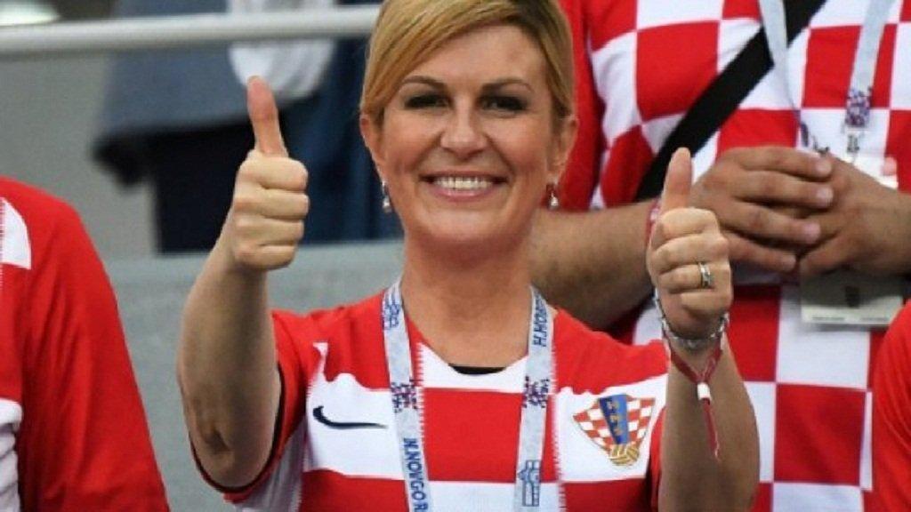أ ف ب |كوليندا غرابار كيتاروفيتش رئيسة كرواتيا تشجع منتخب بلادها ضد الدانمارك ثمن نهائي مونديال روسيا في 1 تموز/يوليو 2018.