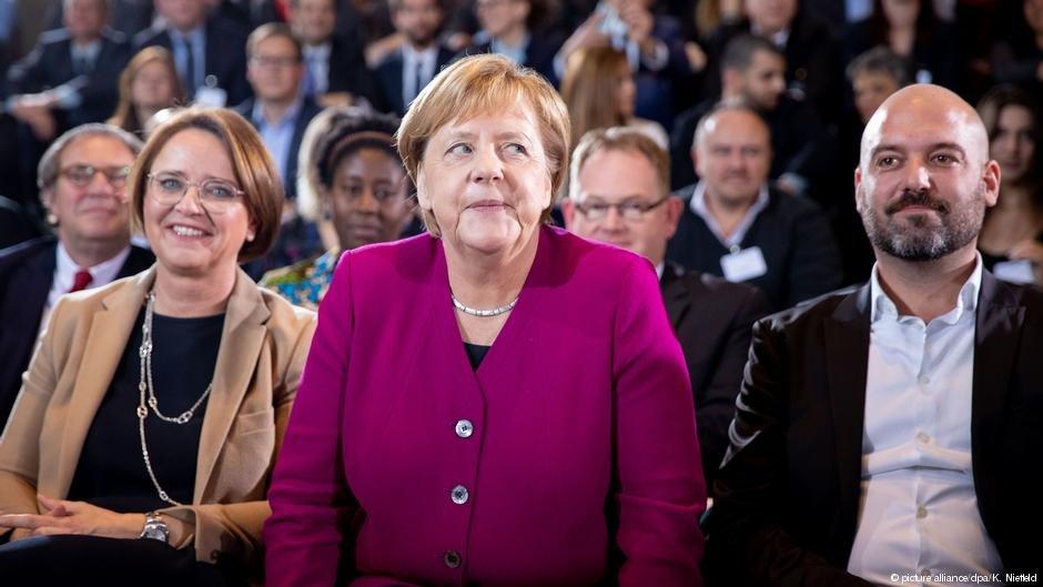 انگلا مرکل، صدر اعظم آلمان در جریان اعطای جایزه ملی ادغام.