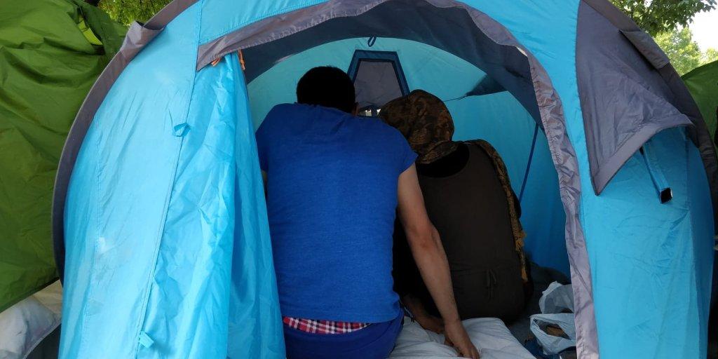یک زوج مهاجر افغان که به تازگی وارد فرانسه شده و در پورت دوبرویلیه در یک خیمه زندگی میکند،  ٢٦ جون ٢٠١٩. عکس از مهاجر نیوز
