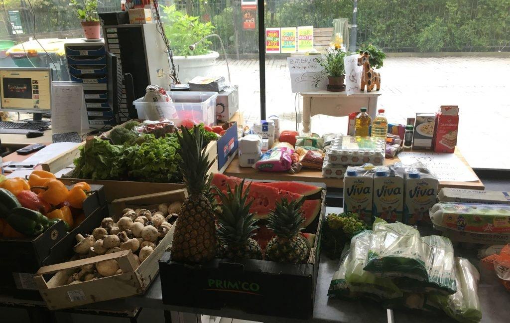 Les bénévoles récupèrent les invendus des marchés et supermarchés. Crédit : Leslie Carretero