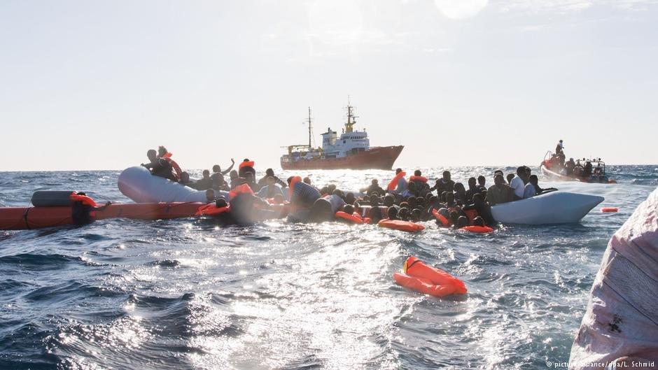 مهاجران در نزدیکی یکی از سواحل لیبیا منتظر نجات توسط یک کشتی ماموریت نجات اتحادیه اروپا هستند.
