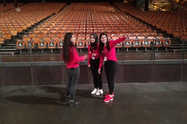 Les jeunes bénévoles découvrent l'immense salle de projection. Crédit : InfoMigrants