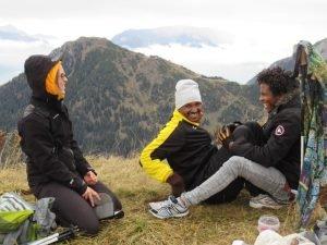 الاستراحة على القمة بعد رحلة تسلق