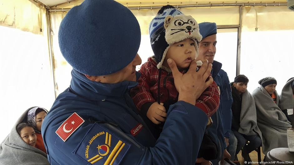 The Turkish coast guard with migrants rescued from the Aegean Sea | Photo: Picture-alliance/AP Photo/DHA