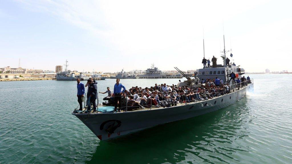 Des migrants secourus en mer Méditerranée s'apprêtent à débarquer à Tripoli, le 10 mai 2017. Crédit : AFP