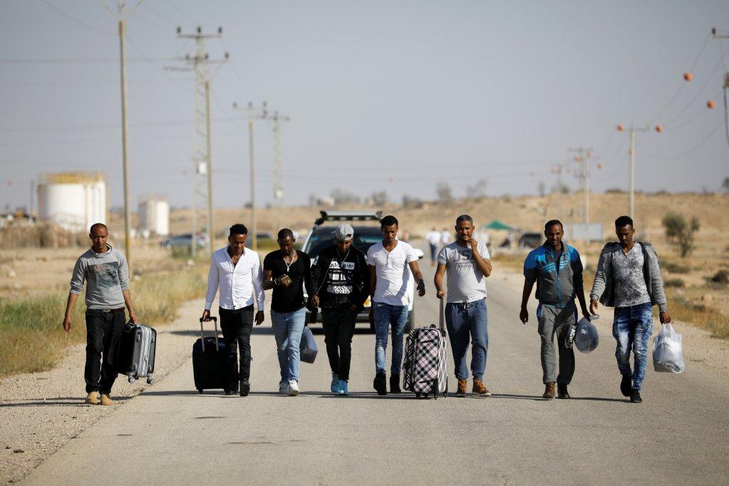 Des migrants africains, libérés le 15 avril 2018 après avoir été enfermé dans le centre de détention de Saharonim dans le désert de Néguev.  Crédit : Reuters