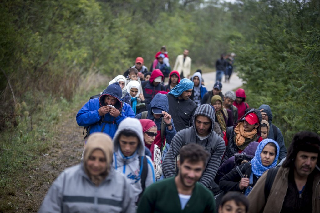 Refugees crossing the border from Hungary to Austria in 2015. In response to a large influx of asylum seekers to the country, Austria has toughened its asylum policies | Photo: Picture-alliance/M.Bunel