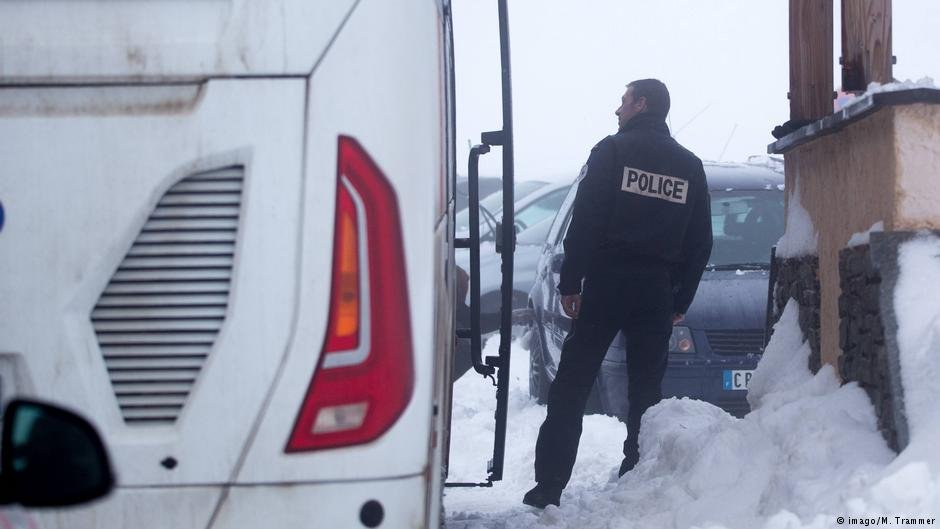 Januar 2018 - French border police check buses at the mountain pass in Briancon on the French-Italian border.