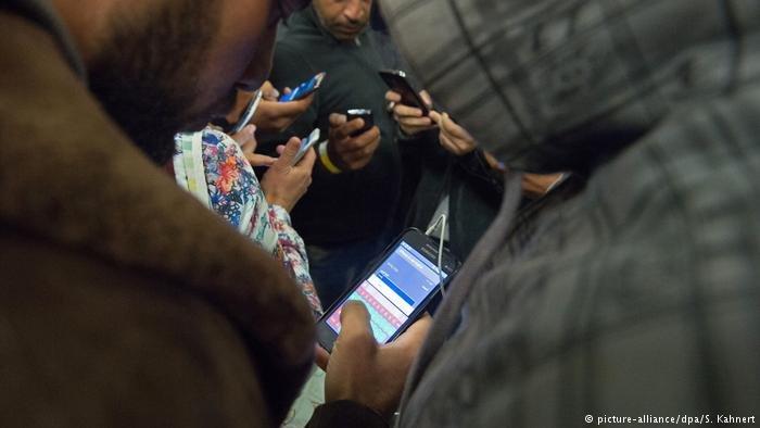 مهاجران در آلمان از موبایل شان استفاده می کنند.